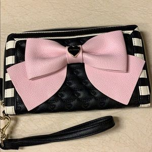 Betsey Johnson black/white wristlet with pink bow